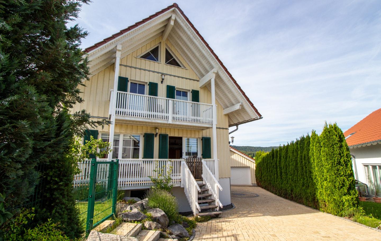 Frontansicht Zu Verkaufen Herausragendes Klimaholzhaus im Landhausstil mit Ortsrandlage (Allergikerhaus) in Gosheim